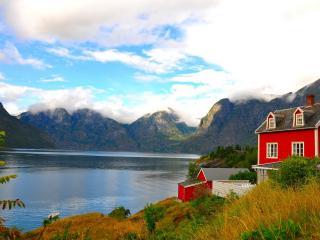 обои Дом с красными стенами у озера фото