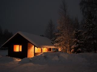 обои Зимний освещенный бревенчастый домик фото