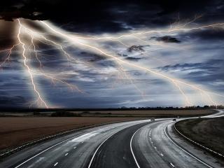 обои Трасса и небо с молниями фото