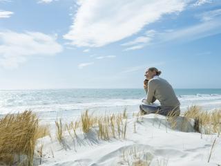 обои Девушка за разговором на песке у моря фото