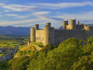 обои Уэльский замок на холме фото