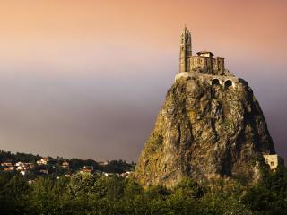обои Чудесный замок на вершине скалы фото