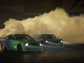 обои Дрифт машин в пыли и дыму фото