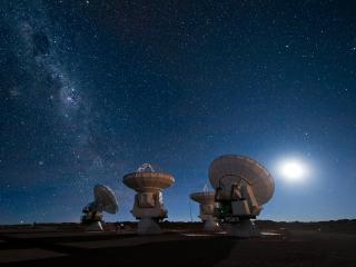 обои Мощные радиотелескопы устремленные в небо фото