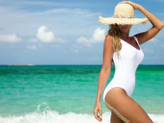 обои На пляже в шляпе и белом купальнике фото