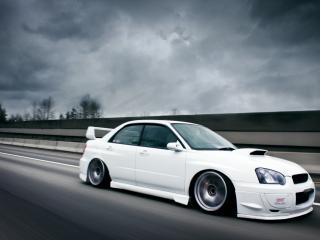 обои Белый Subaru на дороге фото