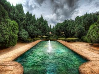 обои Красивый бассейн с фонтаном в парке фото