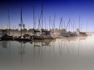 обои Бухта с парусниками в утренней дымке фото
