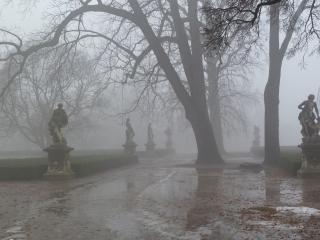 обои Скульптуры в дымке у дороги фото