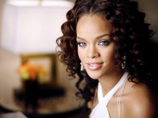обои Rihanna певица с кудряшками фото