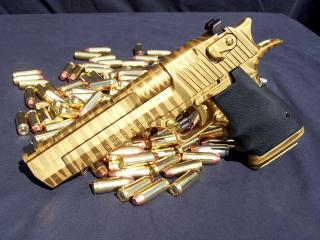обои Красивый блестящий пистолет с патронами фото