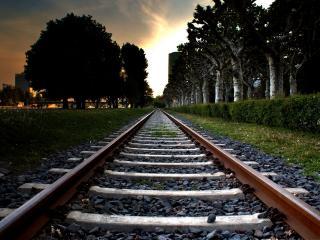 обои Железнодорожный путь идущий в город фото