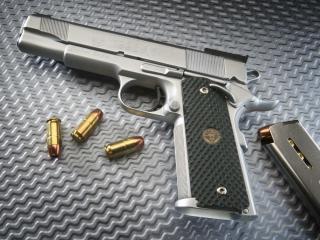 обои Пистолет с магазином и пулями фото