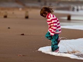 обои Девочка на морском побережье фото