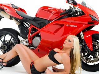 обои Блондинка на каблуках у красного мотоцыкла фото