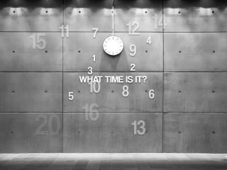 обои Часы,   цифры и слова на стене фото