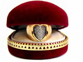 обои Кольцо в красной коробочке фото