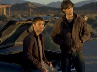 обои Парни у багажника машины фото