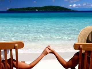 обои Пара в шляпах у моря фото