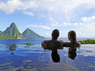 обои Пара любуется морским пейзажем фото
