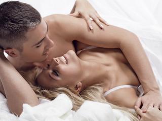 обои Парень и девушка любуются в постели фото