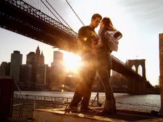 обои Парень и девушка у реки с мостом фото