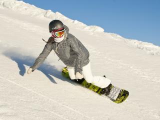 обои Сноубордист девушка на заснеженном склоне фото