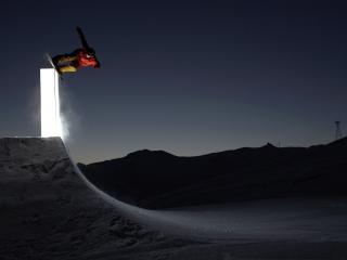 обои Сноубордист на трамплине в ночи фото