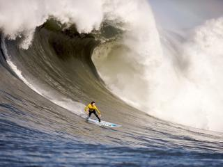 обои Сёрфингист под волной фото