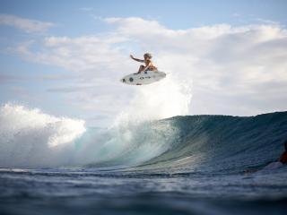 обои Сёрфингистка ловит волну фото