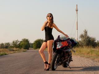 обои Девушка у мотоцыкла на сельской дороге фото