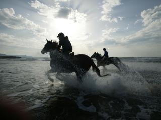 обои Два жокея скачут по воде фото