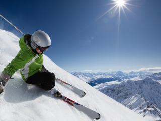 обои Лыжник на спуске в солнечных горах фото