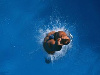 обои Прыжок мужчины в воду,   брызги фото