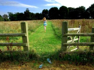 обои Девушка босиком по зеленой траве фото