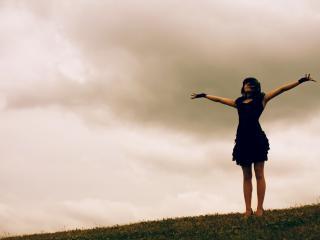 обои Девушка на фоне неба фото