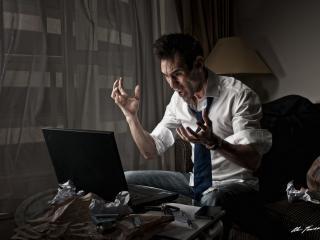 обои Злость мужика у ноутбука фото