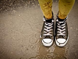 обои Мокрые ноги в кедах в дождливую погоду фото