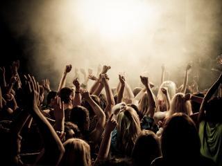 обои Молодёжь в клубе на концерте фото