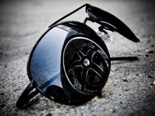 обои Отражение колеса автомобиля в очках фото