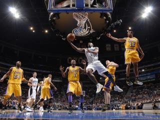 обои Баскетболисты атакуют корзину фото