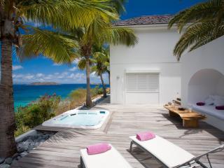 обои Домик у моря, балкон с джакузи и лежаками фото