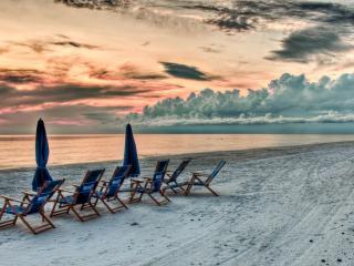 обои Шезлонги на белом песке побережья фото