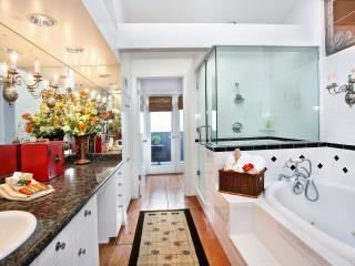 обои Интерьер ванной комнаты с цветами фото