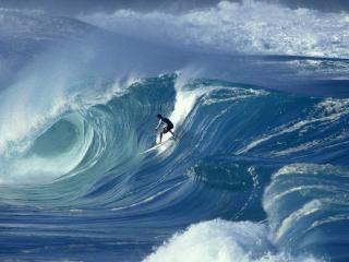 обои Величие волн и маленький человек фото