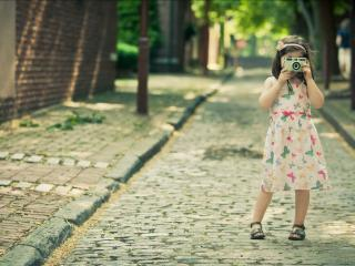 обои Девочка с фотоаппаратом фото