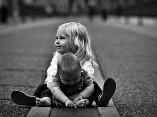обои Мальчик и  девочка на дороге фото
