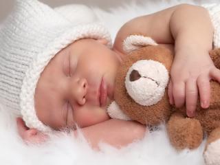 обои Младенец с игрушкой спит фото