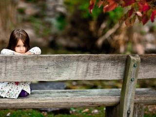 обои Улыбка девочки сидящей на скамейке фото