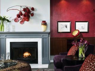 обои Интерьер комнаты с камином и цветами фото